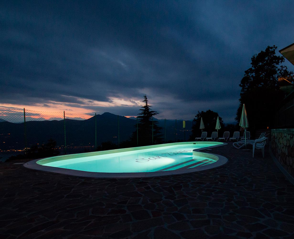 piscina-notturna-lago-garda-hotel-san-zeno